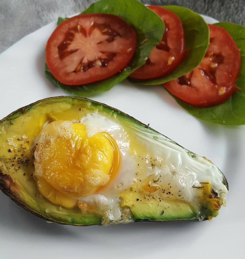Awokado zapiekane z jajkiem – pyszne śniadanie z zastrzykiem witamin
